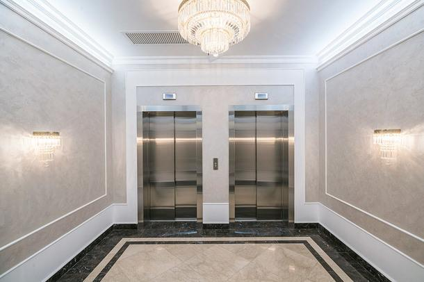 Лифтовое лобби. В отделке общественных зон дома использован мрамор исчитываются мотивы архитектуры ар-деко.