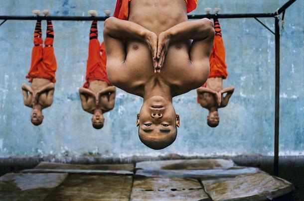 Стив Маккарри. Тренировка шаолиньских монахов. Чжэнчжоу, Китай, 2004.