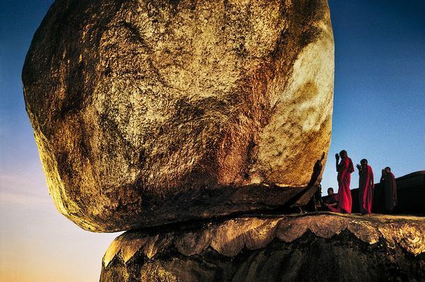 Стив Маккарри. Монахи на Золотой скале. Кьяикто, Мьянма, 1994.