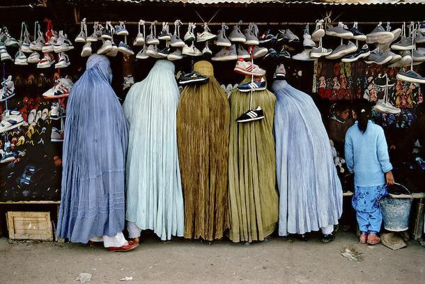 Стив Маккарри. Женщины в магазине обуви. Кабул, Афганистан, 1992.