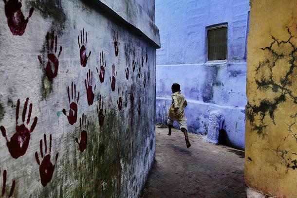 Стив Маккарри. Мальчик в прыжке. Джодхпур, Раджастан, Индия, 2007.