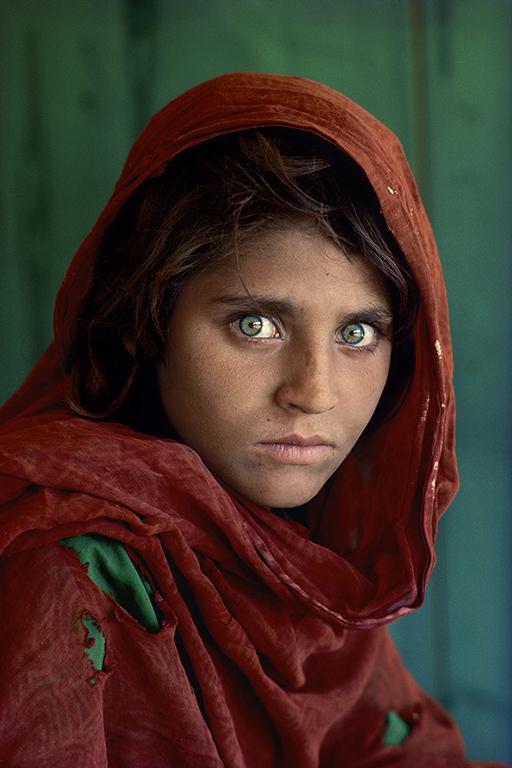 Стив Маккарри. Шарбат Гула. Афганская девочка. Лагерь беженцев Насир-Баг недалеко от Пешаварa, Пакистан, 1984.