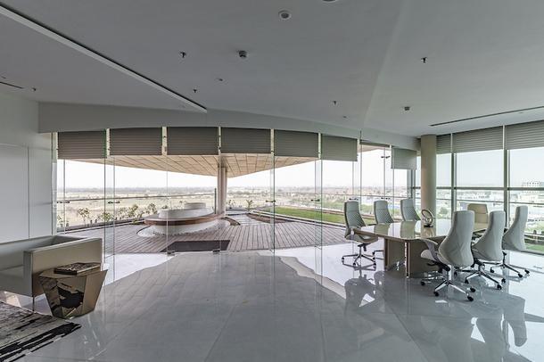 Внутренние пространства оформлены минималистично - с такими панорамными окнами интерьерных изысков и не нужно.