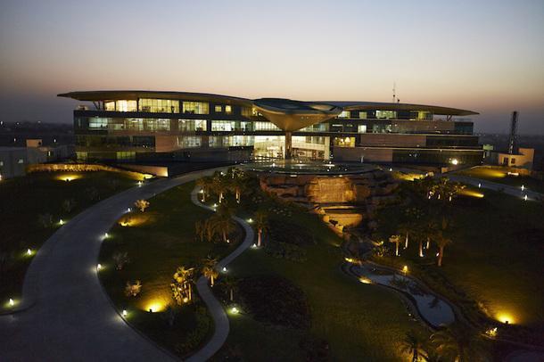 Здание штаб-квартиры Jaquar Group ночью.