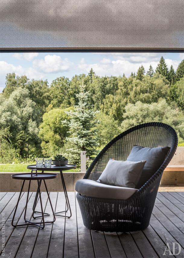 На террасе плетеная мебель, Cane-line.