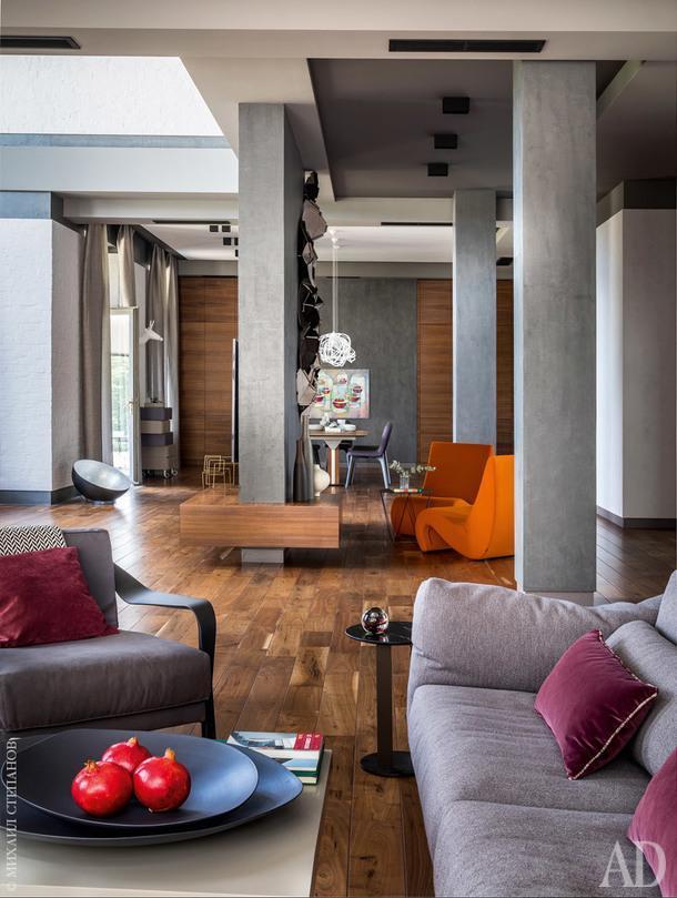 """Вид из малой гостиной настоловую. Диван и кресла из коллекции Cityloft, все Ligne Roset. Аксессуары изсалонов """"Частная коллекция"""" иBoConcept."""