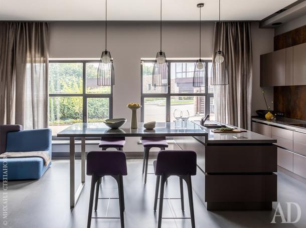 Кухонный остров с барной стойкой сделаны на заказ. Слева диван, Ligne Roset.