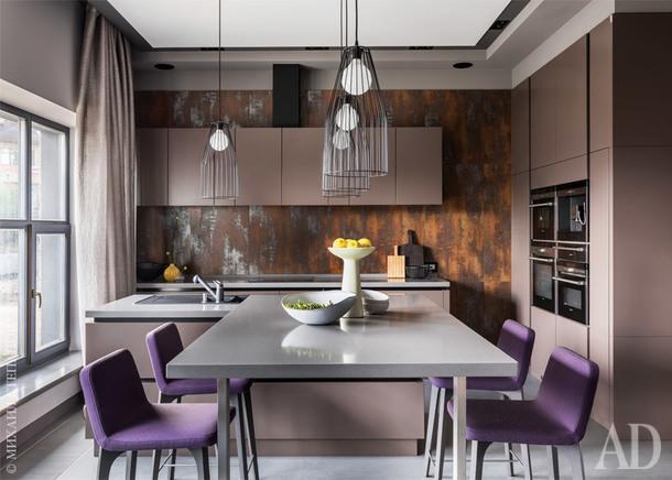 """Кухня сделана на заказ, """"Декон+"""", стена за ней — металлическая. Светильники истулья, все Ligne Roset. Аксессуары изсалона """"Частная коллекция""""."""