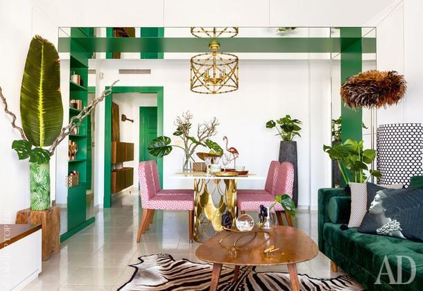 Зона столовой совмещена с гостиной. Стулья за обеденным столом от Ralph Lauren Home, но обиты другой тканью на фабрике OEInternational.