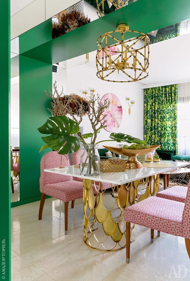 Фрагмент столовой. Люстра, Currey & Company; обеденный стол сделан на заказ.