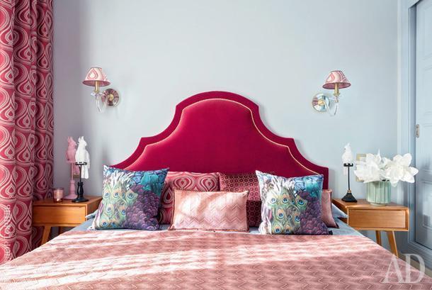 Спальня. Изголовье кровати сделано по эскизам Надежды Чак на фабрике OE International. Бра тоже авторские — сделаны на фабрике Boheme Design.
