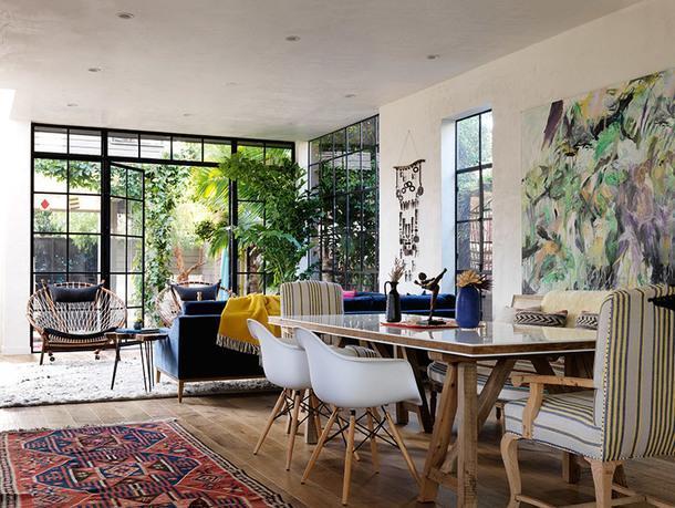 Белые стулья по дизайну Чарлза и Рэй Имз. Картина на стене работы друга семьи — художницы Лизы Солберг. На заднем плане — кресла Circle по дизайну Ханса Вегнера.