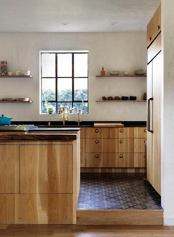 Кухонная мебель сделана из массива французского дуба. Смесители, Dornbracht. Духовые шкафы, Wolf.