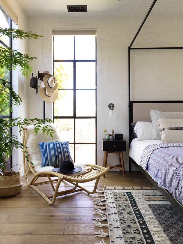 Хозяйская спальня. Кровать, Restoration Hardware; ковер, Anthropologie.