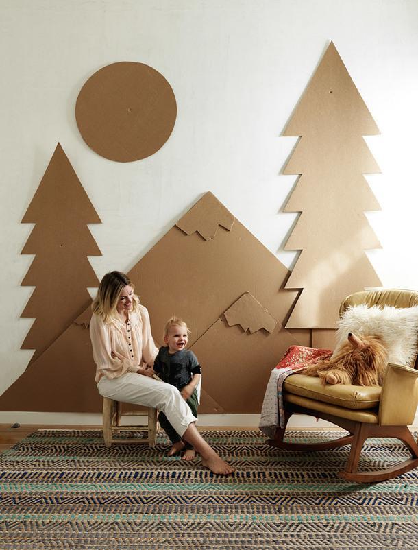 Келли с сыном Лео в его комнате. Стену Келли оформила, используя переработанный картон.