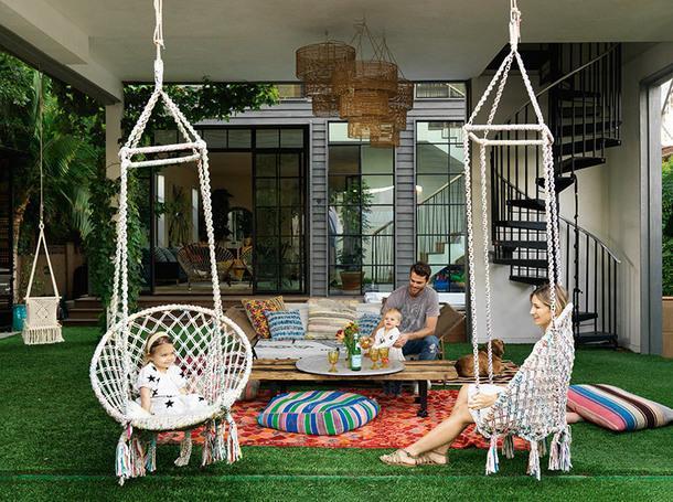 Вся семья в сборе. Слева направо: Эверли, Лео, Кит иКелли. Плетеные кресла-качели, Urban Outfitters. Диван, Restoration Hardware.