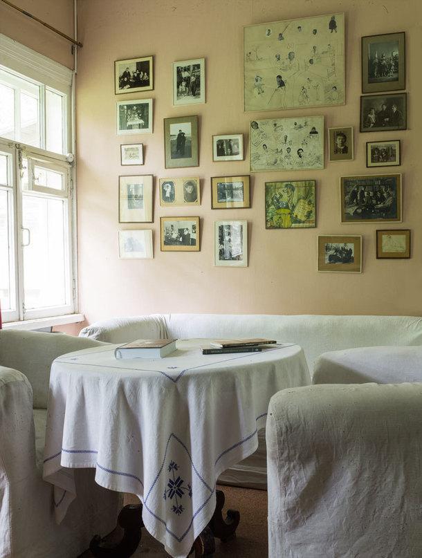 Главное украшение стен — это фотографии из семейного архива писателя.
