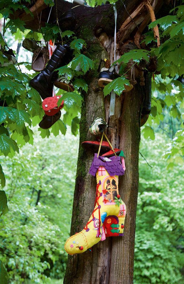 """""""Чудо-дерево"""" с чулками ибашмаками из стихотворения Чуковского растет прямо перед его домом. Аего миниатюрная копия расположилась на столе писателя."""
