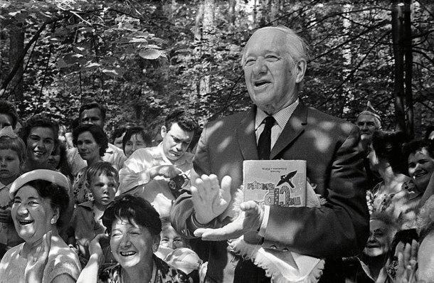 На фото 1964 года Чуковский запечатлен налетнем празднике вПеределкино.