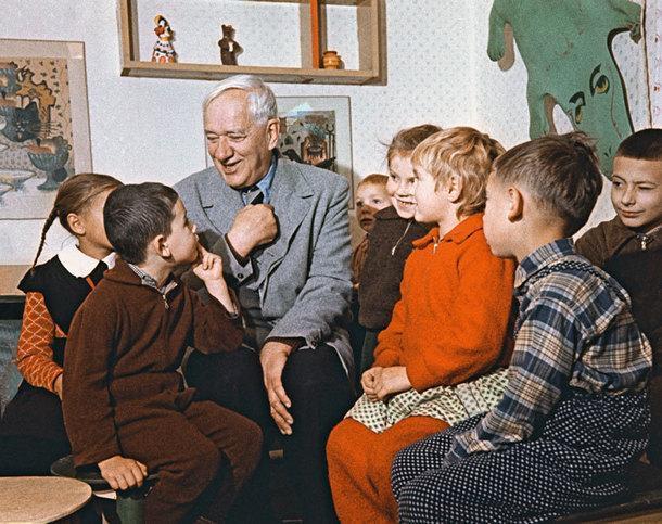 1959 год. Чуковский общается с детворой вбиблиотеке Переделкино, открытой его стараниями.
