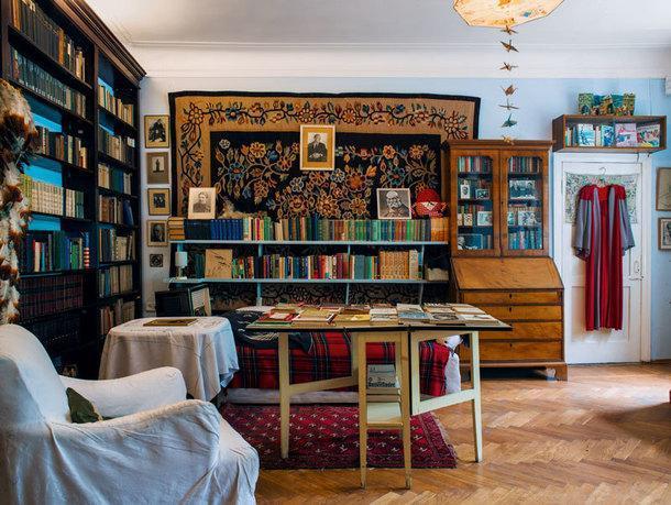 При жизни Чуковского на столике у тахты всегда стояли блюдца с сухариками и термос с чаем — за ними он коротал часы бессонницы, которая преследовала его с ранних лет.