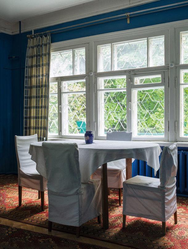 Глубокий голубой цвет, которым выкрашены большинство стен дома, привезен был семьей сих предыдущей любимой дачи в финской Куоккале.