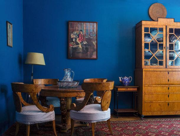 Парадная гостиная напервом этаже была самой любимой комнатой жены Чуковского, Марии Борисовны. Теперь здесь висит ее портрет работы Репина.