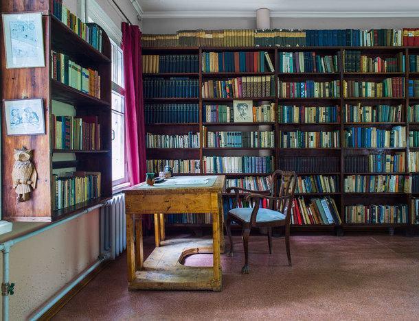 В огромной библиотеке писателя книги с автографами Чехова, Некрасова, Блока, Уолта Уитмена, Ахматовой, Розанова иТвардовского.