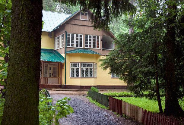 Дом построен по сильно видоизмененному типовому проекту немецкого архитектора Эрнста Мая.