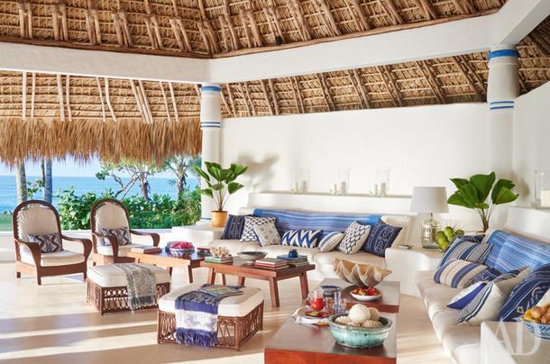 Главная гостиная. Чехлы для подушек сшиты изтканей, Ralph Lauren Home иQuadrille, диваны обтянуты винтажным текстилем. Пуфы и кресла сделаны местными ремесленниками и тоже обтянуты винтажными мексиканскими тканями.