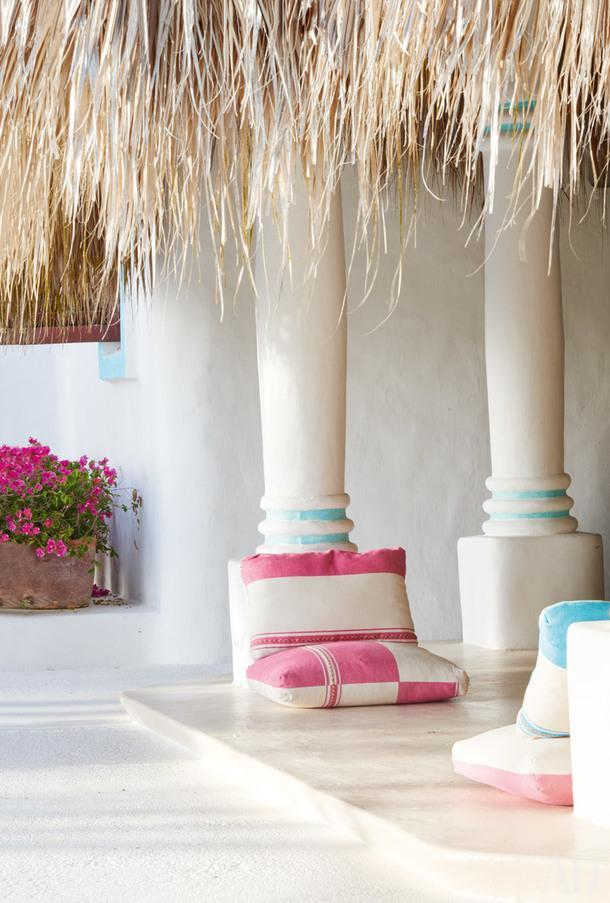 Фрагмент главной гостиной. Чехлы для подушек, лежащих на полу, сшиты извинтажных мексиканских тканей. На смену терракотовому, в который были выкрашены стены и колонны павильона напротяжении десятилетий, пришел белый цвет свкраплениями синего.