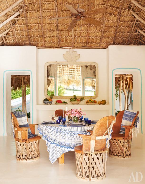 Столовая в главном павильоне. Традиционные мексиканские стулья задрапированы винтажными тканями.