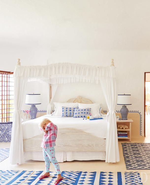 Таллула в спальне своих родителей. Кровать винтажная. Ковры с геометричным узором и полосатые настольные лампы были куплены вНью-Йорке.