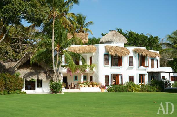 Основной дом, где находятся все спальни, библиотека игостиная. Фасад выкрашен вбелый цвет, аголубые элементы призваны напоминать облизком соседстве с морем.