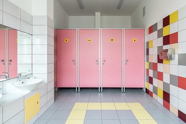 Туалет для девочек. Здесь дверцы выкрашены в розовый, а у мальчиков — в голубой, чтобы детям было проще понять, куда они зашли.