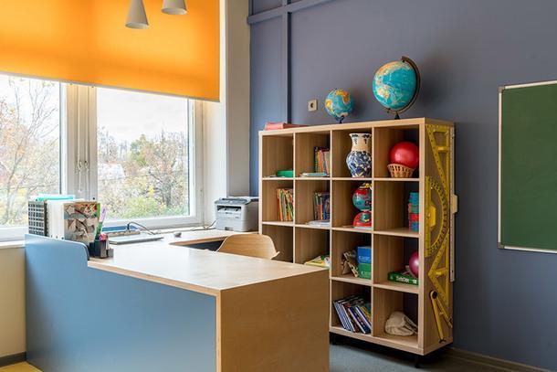 Письменный стол по проекту Чебурашиных. За невысокой перегородкой — личное пространство учителя, которое не видят сидящие за партами дети.