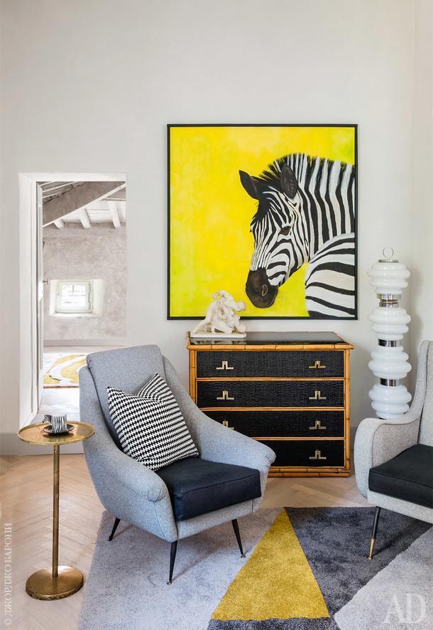 Игровая. Кресла 1950-х годов обтянуты современными тканями; комод из бамбука 1970-х годов; накомоде мраморная скульптура XIXвека; торшер измуранского стекла; картина Вирджинии Паники.