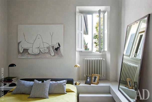 Гостевая спальня. По периметру комнаты — встроенная консоль, которая также выполняет роль лестницы вванную и прикроватной тумбочки. Настольные лампы 1970-х годов.