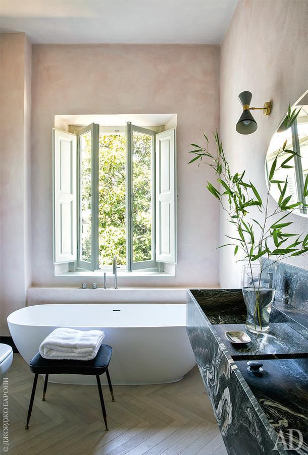 Гостевая ванная комната. Ванна Diva, Flora Style; смесители, CEA Design; мраморная раковина по эскизам ABarchitects; винтажный стул из 1950-х годов.