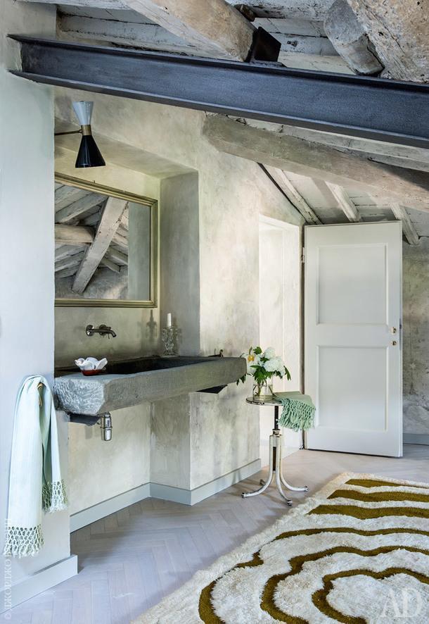 Хозяйская ванная комната. На полу ковер 1970-хгодов; старая каменная раковина раньше использовалась длястирки одежды.