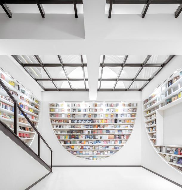 """Книжный магазин с """"извилистым"""" интерьером в Китае"""