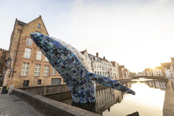 Крик о помощи: кит из тихоокеанского пластикового мусора на триеннале в Брюгге