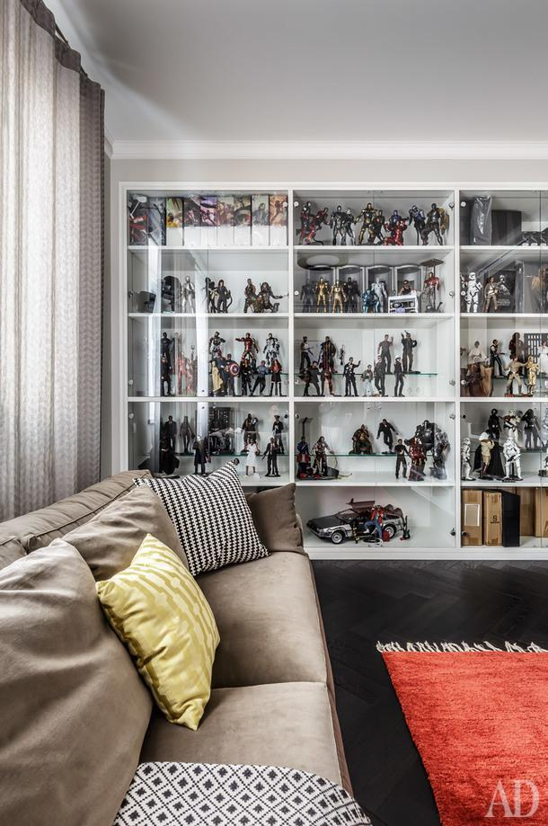 Фрагмент кабинета хозяина. Диван, Jab Furniture; стеллаж сделан на заказ поэскизам дизайнера; черно-белая подушка, IKEA; плед, H&M Home.