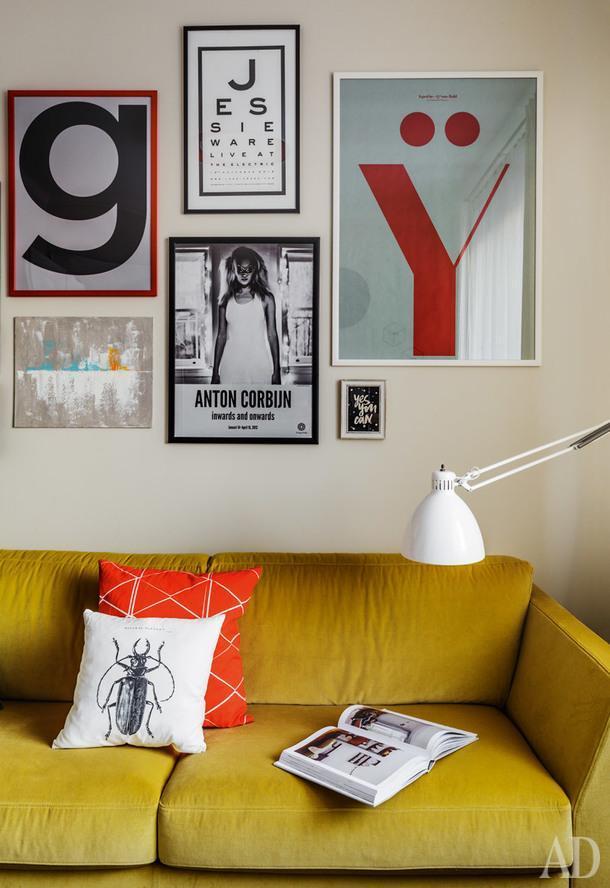 Фрагмент кабинета хозяйки. Диван, Jab Furniture; торшер, Leucos; рамки для постеров, Ikea; постеры покупала хозяйка дома; подушки, H&M Home.