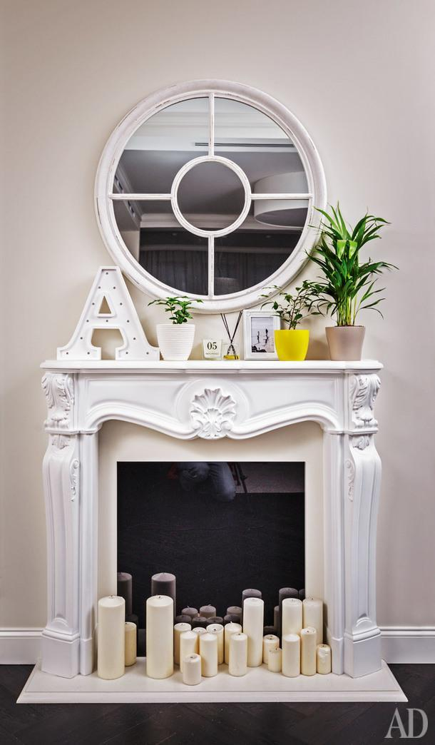 Фрагмент прихожей. Каминный портал сделан на заказ; зеркало и аксессуары покупала хозяйка дома.