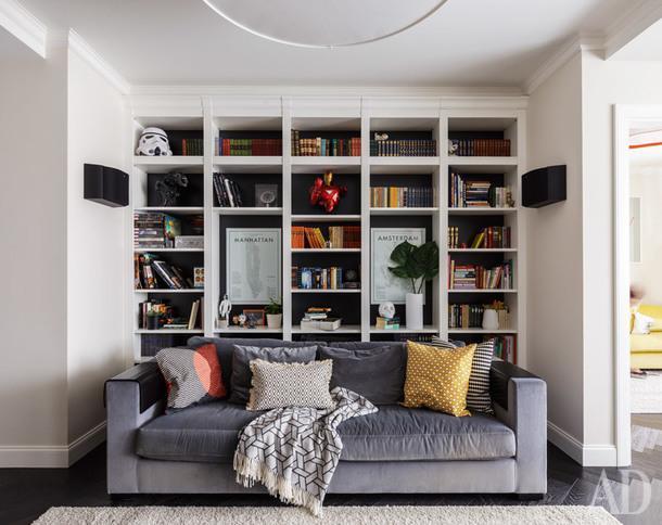 Фрагмент гостиной. Библиотека, Paschen; диван, Jab Furniture; подушки, H&MHome и IKEA.