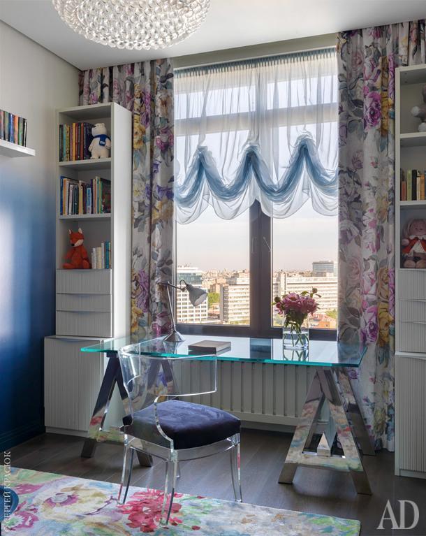 Комната девочки. Стул Saturn и стол — все Arndrew Martin. Люстра, Flos; стеллажи по эскизам дизайнера; шторы и обои, Designers Guild; ковер, Dovlet House.