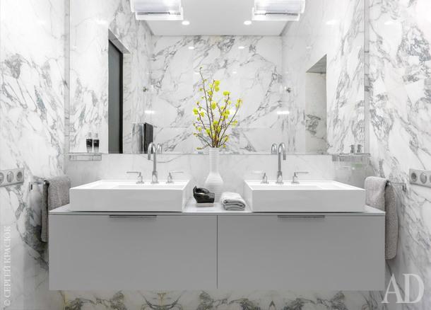 Ванная комната. Мебель и сантехника, Kartell by Laufen; керамогранит, Areastea; раковины из салона RetroNord; полотенца ручной работы, LeLin; смесители, Dornbraht.