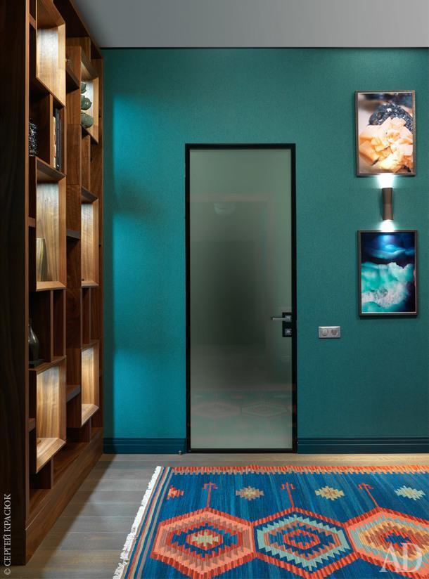 Холл. Стеллаж по эскизам дизайнера; обои Flamant, Arte; бра, Flos; дверь, Lualdi; ковер, Dovlet House.