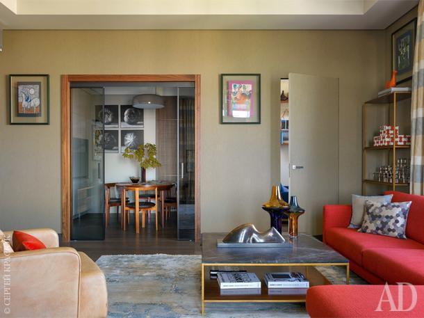 Вид из гостиной в кухню. На кухне работы Михаила Степанова. В комнате на стене эстампы Тонино Гуэрры, обрамленные в мастерской Bottega.